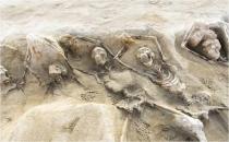 Yunanistan'da elleri zincirli iskeletler bulundu!