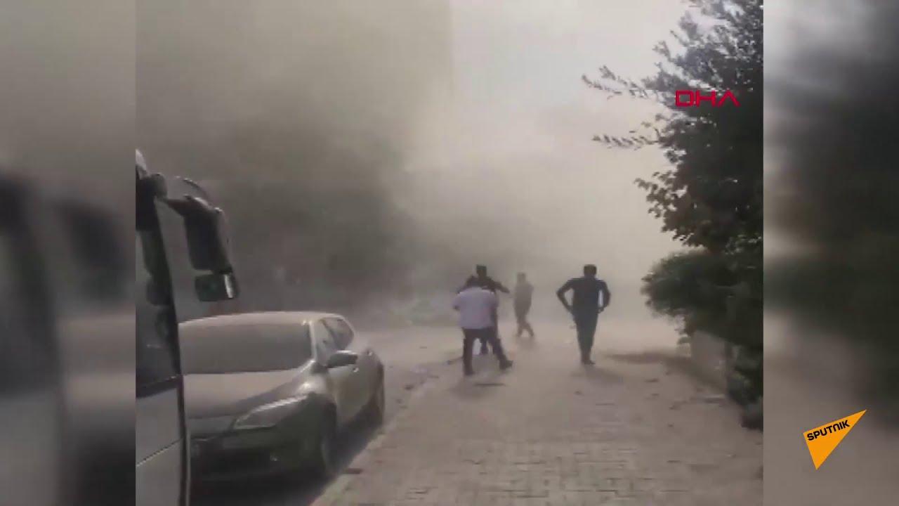 İzmir'de meydana gelen depremde bir binanın yıkılma anı kameraya yansıdı