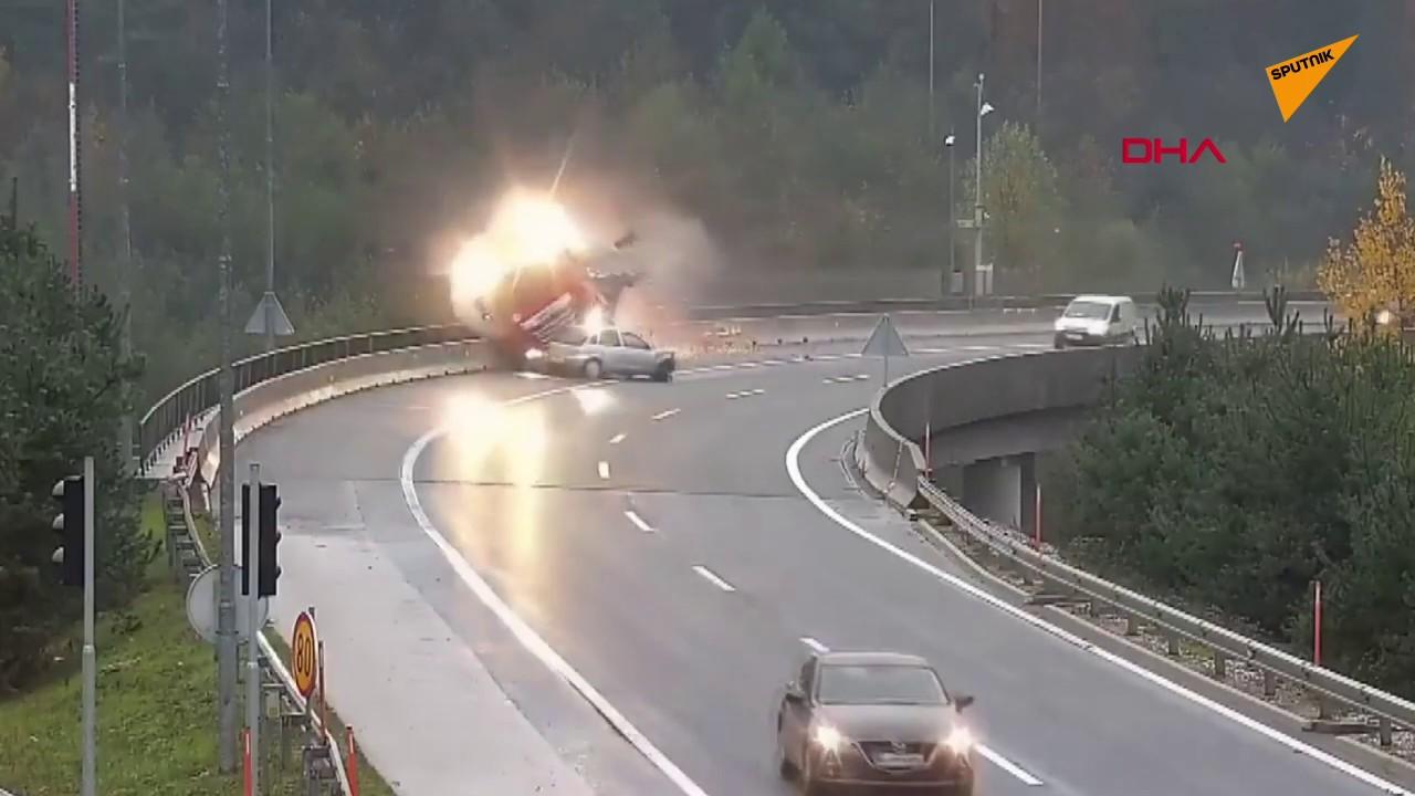 Virajı dönemeyen otomobil, TIR'ı köprüden attı | Video izle
