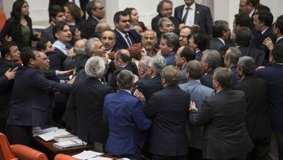 AKP'li vekillerle HDP'li vekiller arasında yumruklaşma