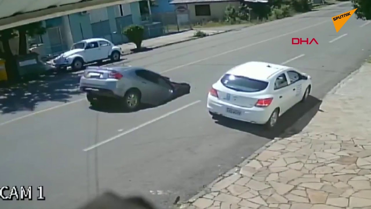 Kamyon yolu çökertti, arkadan gelen otomobil çukura düştü | Video izle
