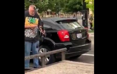 Bir sürücü arabasından ok ve yay çıkarıp göstericileri hedef almak istedi