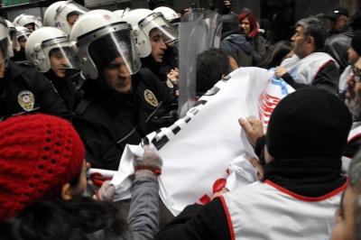 İzmit'te KESK üyelerine polis müdahalesi